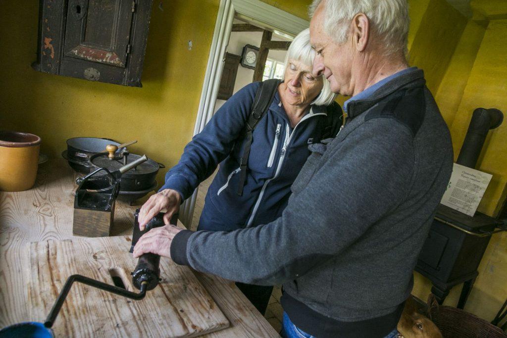 Seniorer på besøg i De gamle huse