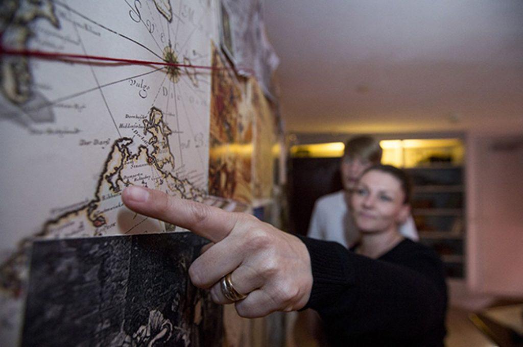 En finger der peger på et sted på et kort