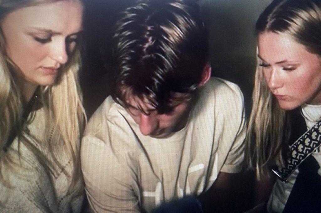 3 personer delatger i et escape room