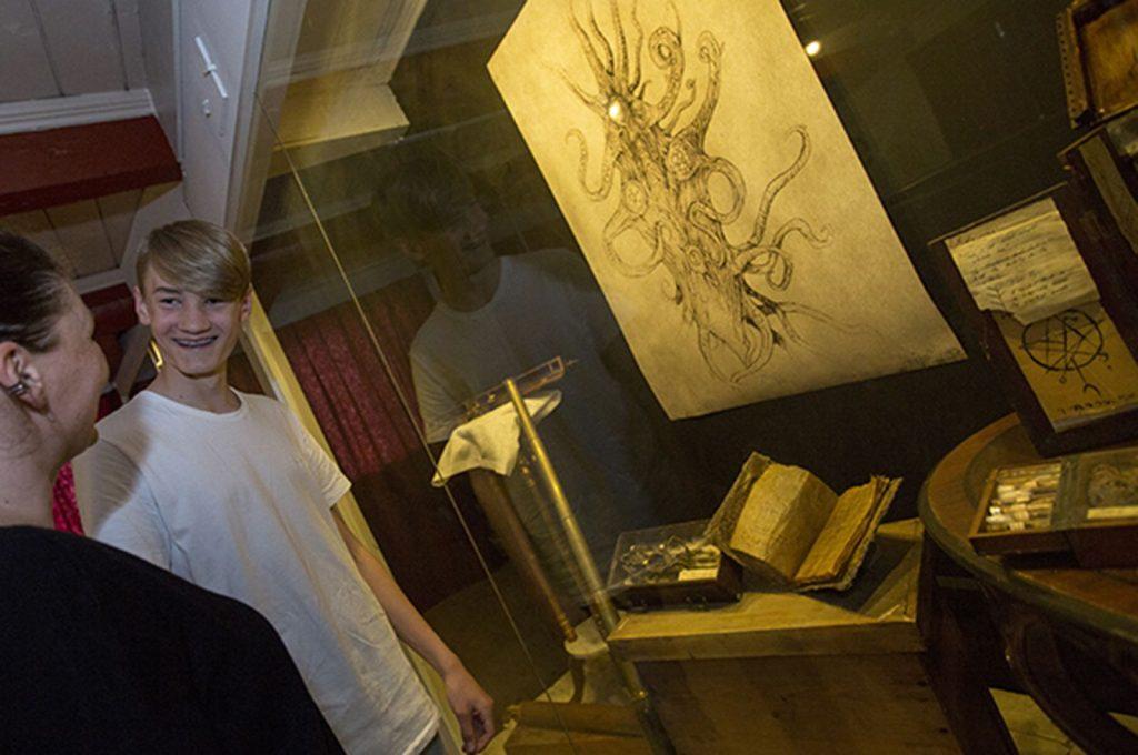 2 personer foran en tegning på museum obscurum