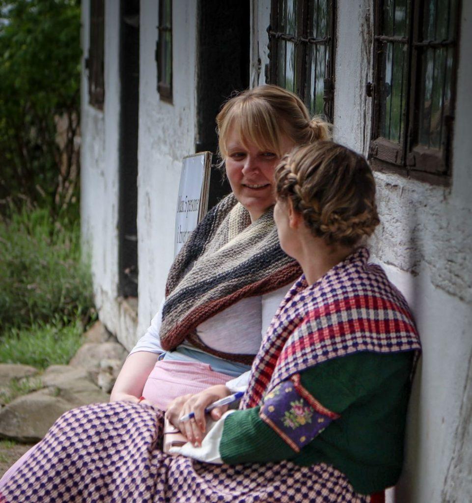 2 kvinder i dragter
