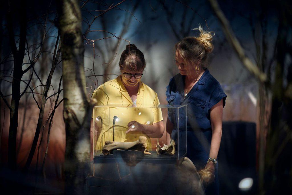 2 kvinder i LOLA udstillingen