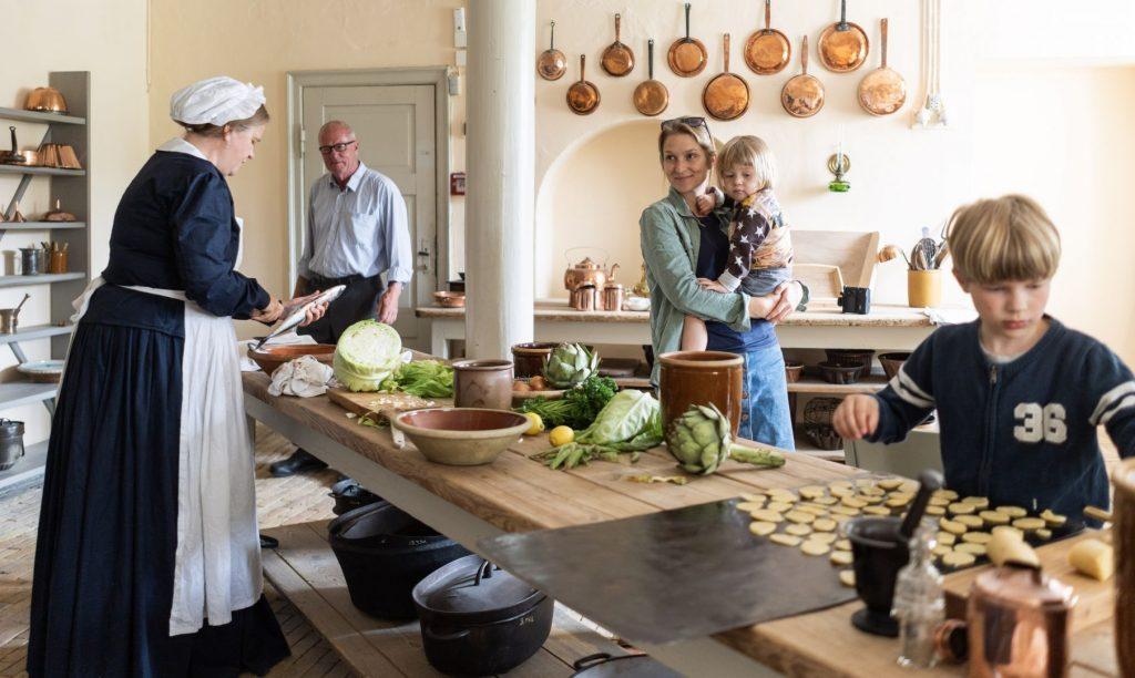 Børn i køkkenet på Pederstrup