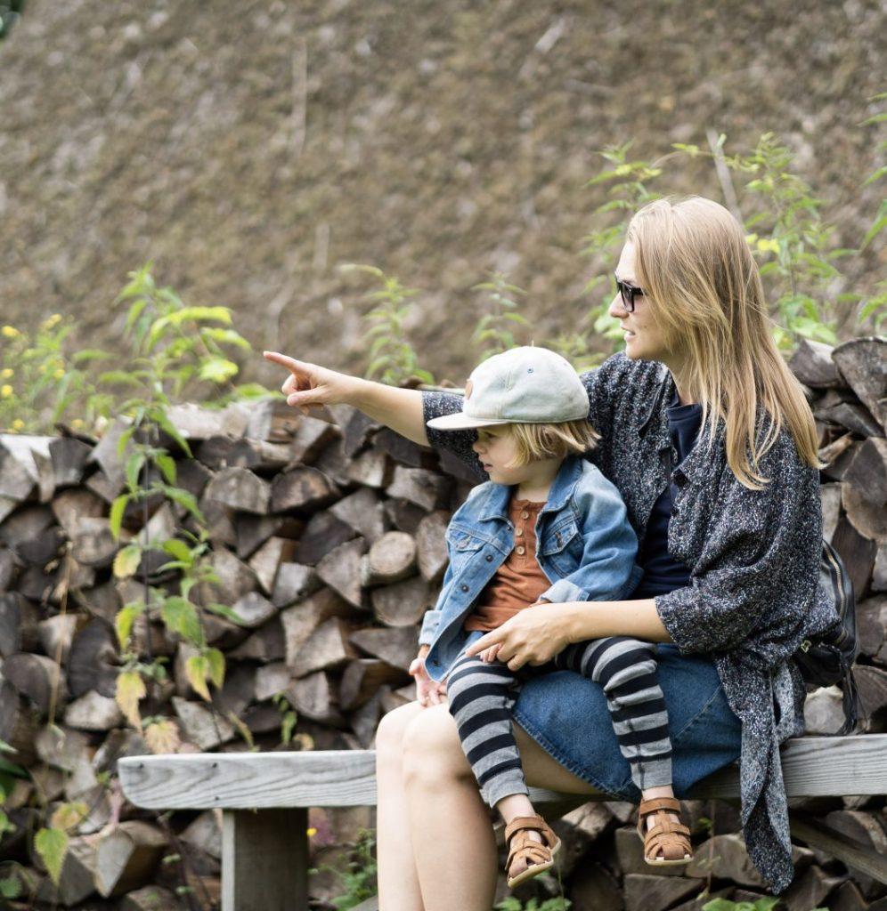 Barn og mor på en bænk